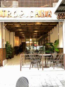 Sillas y mesas en terraza bar Tropicana